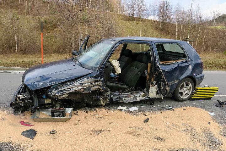 Die Fahrerin des VW musste von der Feuerwehr aus ihrem Fahrzeug befreit werden.