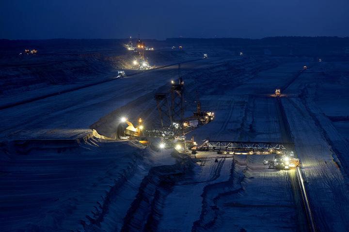 Der Tagebau Hambach bei Nacht.