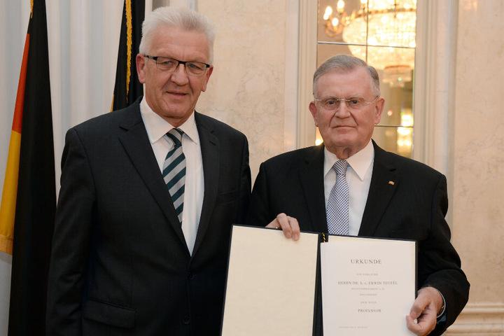 Erwin Teufel bekam 2015 von Ministerpräsident Kretschmann den Ehrentitel Professor verliehen.