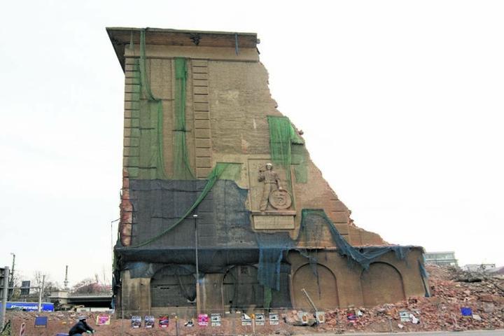 """Das monumentale Relief """"Arbeiter Fünf-Jahr-Plan"""" zerbrach, obwohl es erhalten bleiben sollte."""