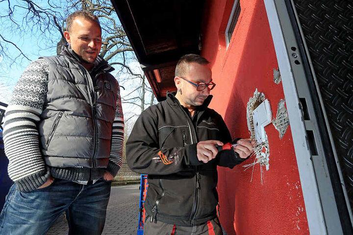 Miramar-Chef Gruhle (l., 42) und Mitarbeiter Danny Wiedemann (41) haben die  Alarmanlage sofort repariert.