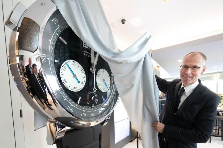 Die neue Uhr zum neuen Laden: Arnd Einhorn (52) enthüllt das jüngste Modell.
