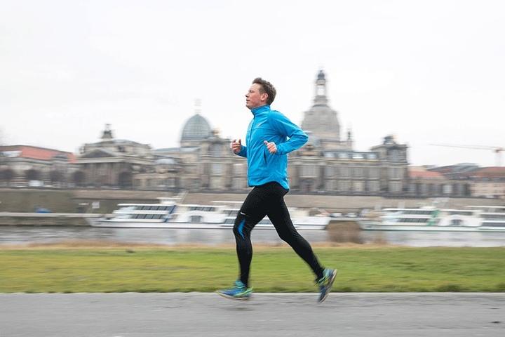 Das stärkt die Gesundheit: Christian Semmler (40) treibt während der Mittagspause Sport und joggt am Königsufer.