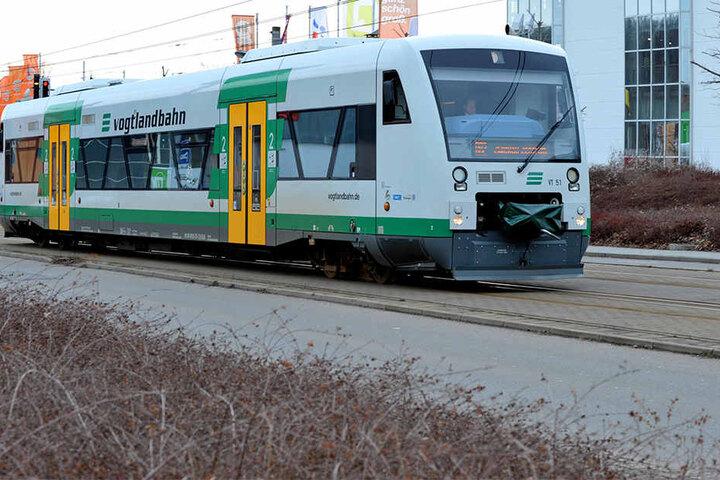 Die Bahn war gerade aus Richtung Zwickau kommend nach Plauen gefahren.