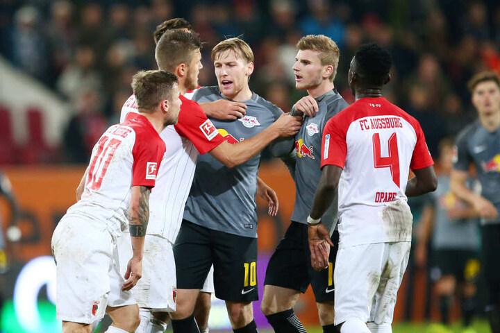 Nach der Geste gegen ihren Trainer gerieten die Leipziger Emil Forsberg und Timo Werner (graue Trikots) mit Spielern des FC Augsburg aneinander.
