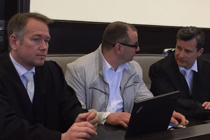 Auch Wilfried W. (Mitte) führt ein letztes Gespräch mit Verteidiger Detlef Binder (rechts).