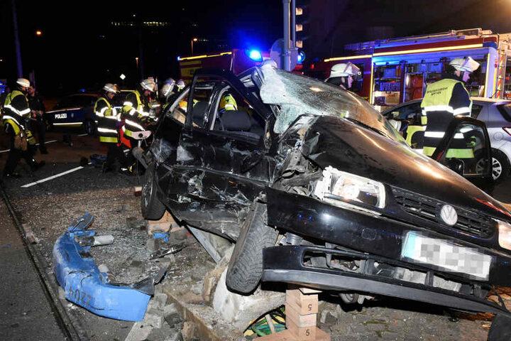 Das Auto wurde bei dem Unfall stark verformt.