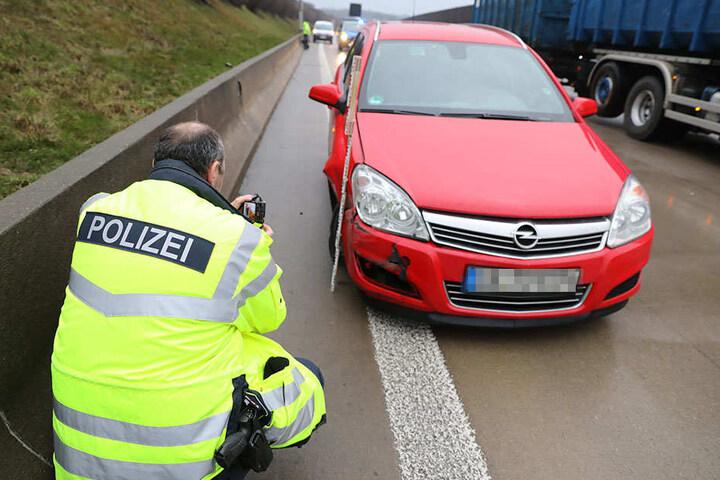 Die Fahrerin wurde mit leichten Verletzungen in ein Krankenhaus gebracht.