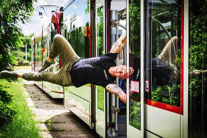 """Herumturnen: Sollte man in der Tram eigentlich nicht machen. Am Samstag beim Tag der offenen Tür werden die """"EFC Calisthenics"""" das trotzdem tun."""
