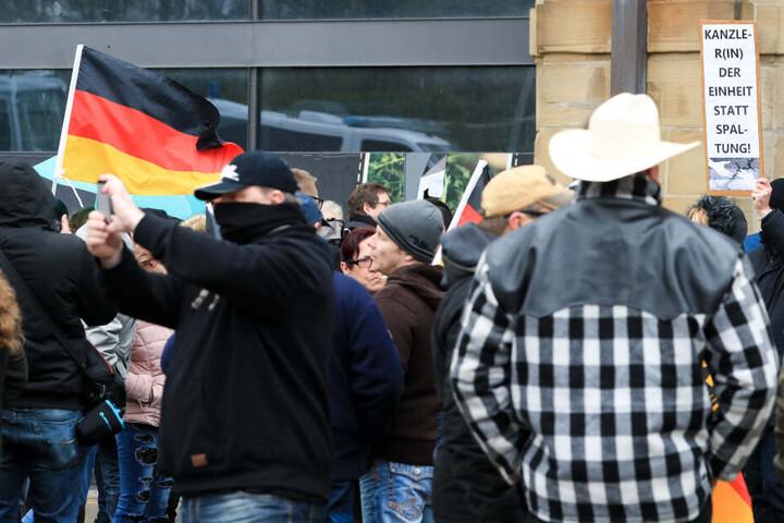 """Einige Dutzend Teilnehmer der rechten Kundgebung """"Michel, wach endlich auf"""" standen 750 Gegendemonstranten gegenüber."""