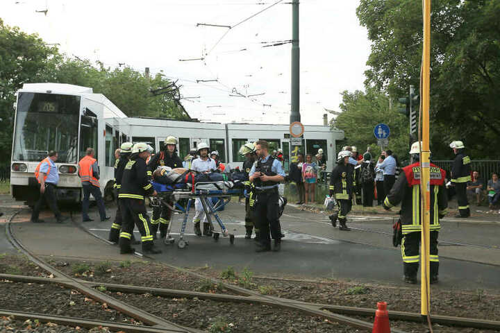 Bei dem Unfall gab es nach ersten Angaben der Polizei mindestens drei Verletzte.