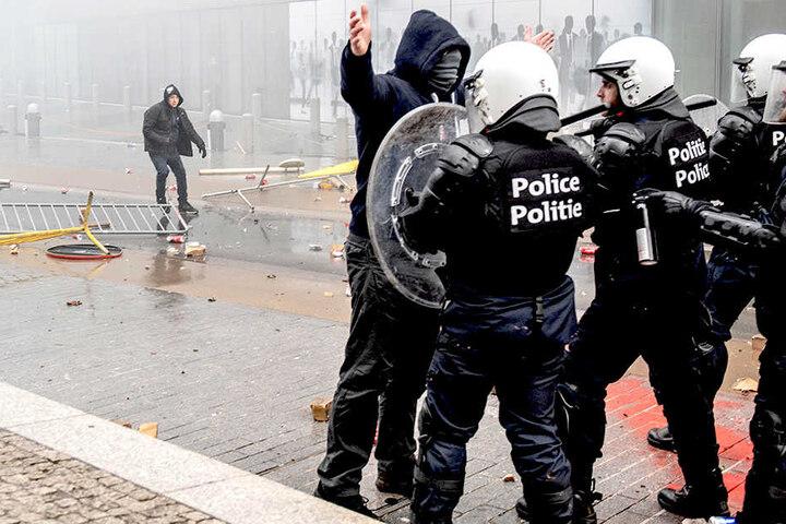 Demonstranten stoßen vor dem EU-Hauptquartier mit Polizisten zusammen.