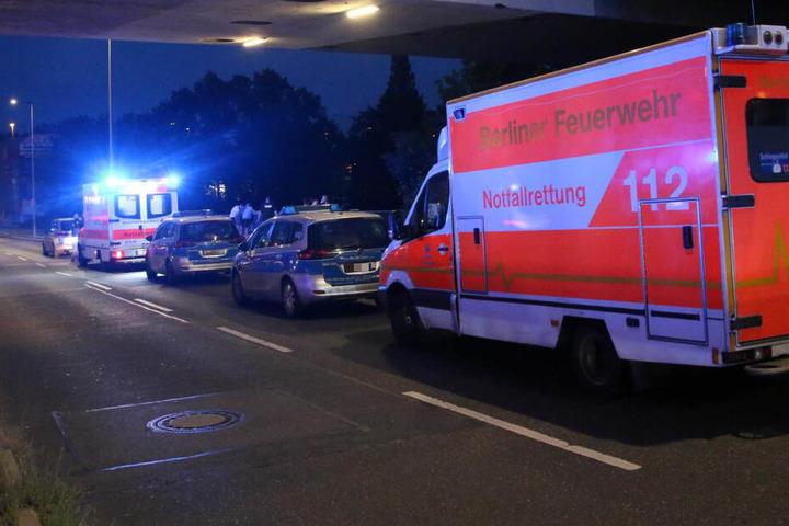 Nach Informationen vor Ort soll eine Person in einem Rettungswagen betreut und von der Polizei befragt worden sein.