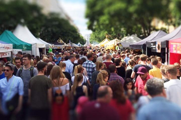 Das Bergmannstraßenfest ist eine feste Größe im Kreuzberger Kiez und zieht jedes Jahr Tausende von Besuchern an.