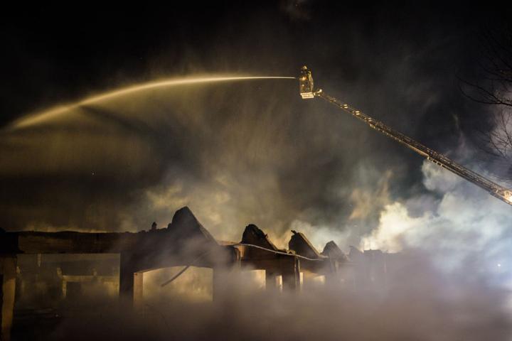 Feuerwehrleute im Einsatz - die Viehauktionshalle brennt am 22.04.2015 in Weimar (Thüringen).