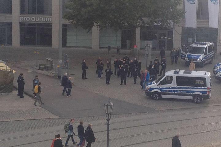 Die Polizei umringt eine Gruppe von Hooligans.