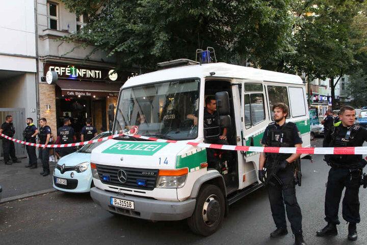 Polizisten sperrten die Straße mit einem Flatterband ab.