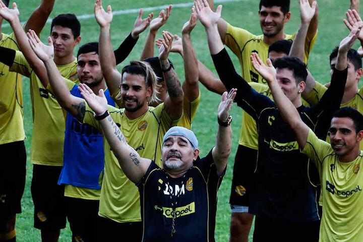 """Stimmten den isländischen """"Huh""""-Gesang an: Diego Armando Maradona (vorne-Mitte) und seine neue Mannschaft"""