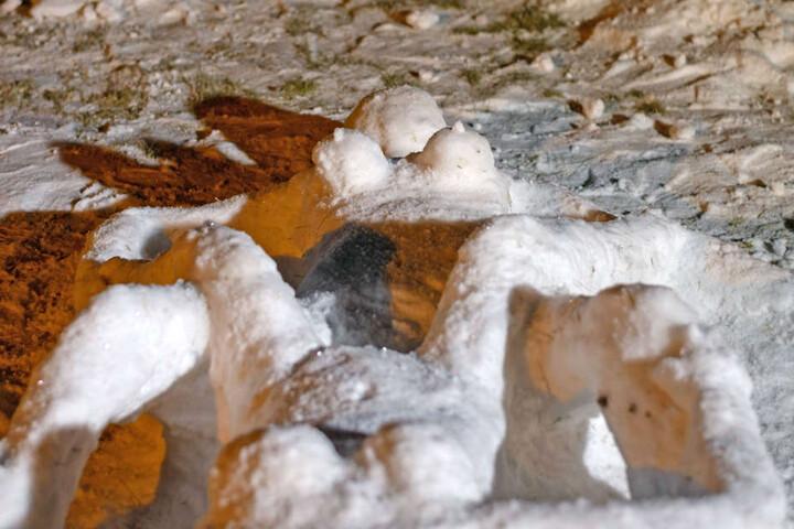 Mit dem Neuschnee ist in Radeberg ein neues Kunstwerk entstanden: Zwei nackte Frauen liegen sich gegenüber.