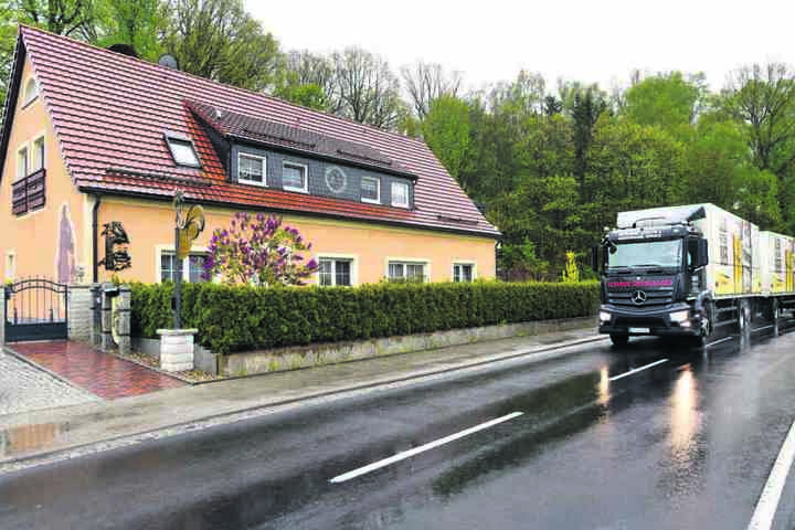 An seinem Haus donnern täglich 40-Tonner vorbei, Autos rasen die Straße lang. Deshalb stellte Leyer den Anhänger auf.