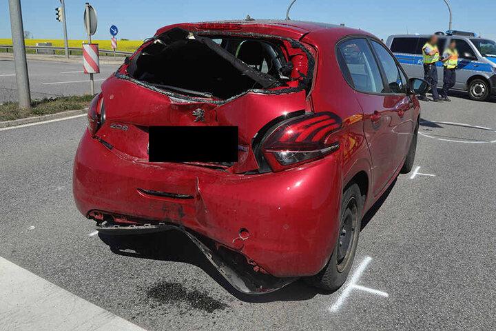 Das Heck des Peugeots wurde zerstört.