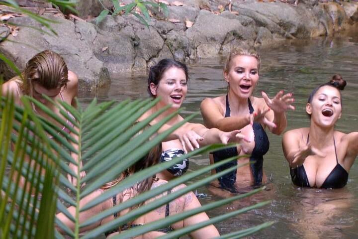 Sieht aus wie Urlaub...Giuliana, Jenny, Tatjana und Kattia genießen das kühle Nass.