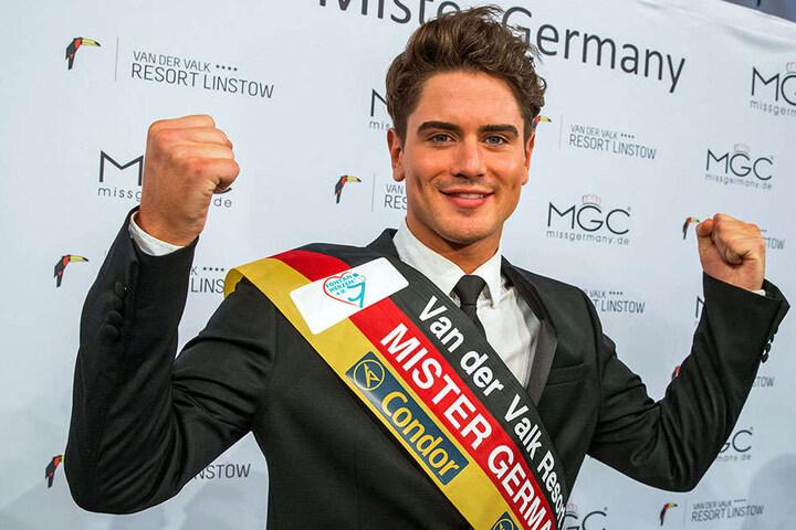 """Dominik Bruntner aus Hochdorf bei Stuttgart jubelt am 10.12.2016 in Linstow nach der Wahl zum """"Mister Germany 2017""""."""