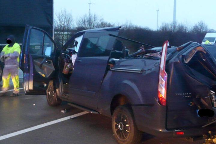 Wie der Autofahrer den Laster übersehen konnte, ist noch völlig unklar.