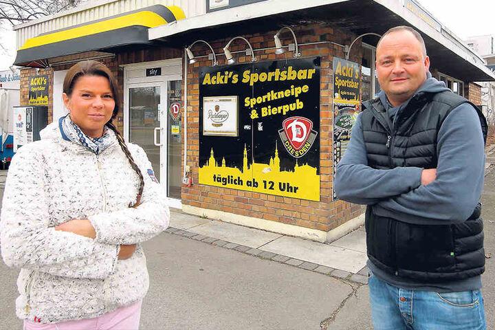 """""""Wir bleiben hier"""": René """"Acki"""" Ackermann (43) und seine Frau Susanne (37)  wollen am angestammten Platz bleiben - ob in ihrem Flachbau oder in einem neuen  Gebäude."""