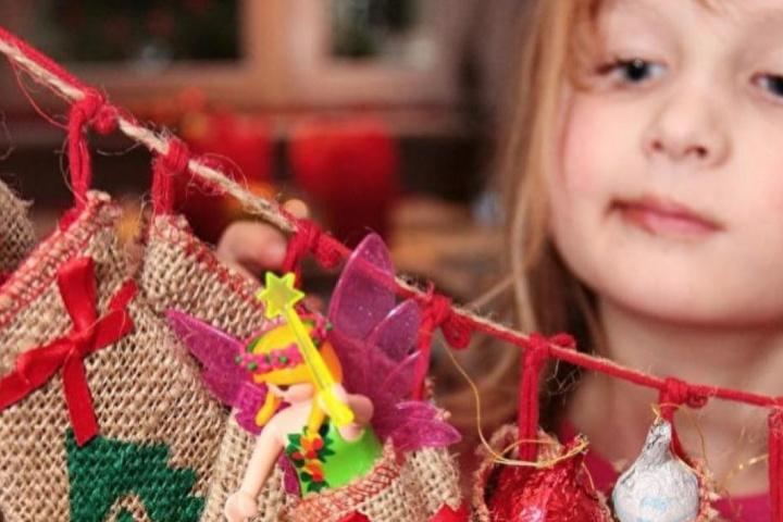 Fleißig basteln Kinder schöne Deko für Weihnachten. (Symbolbild)