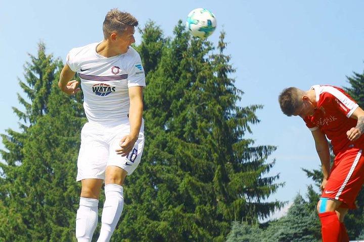 Nicolai Rapp (l.) im Trikot des FCE Aue während des Testspiels gegen den FSV Treuen bei einem Kopfball.