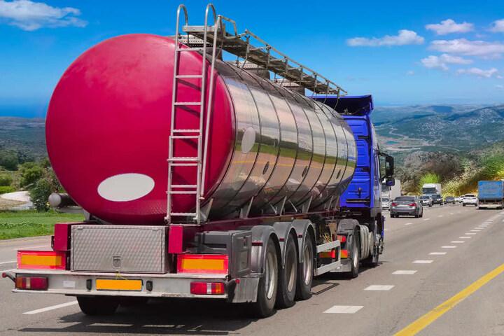 Ein Milchlaster kippte auf der Autobahn um. (Symbolbild)