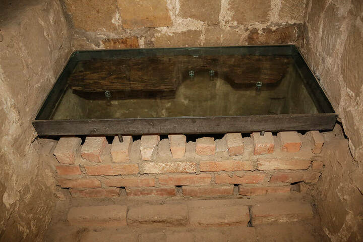 Die historische Klo-Nische mit Wasserklosett werden Gäste sogar riechen können.
