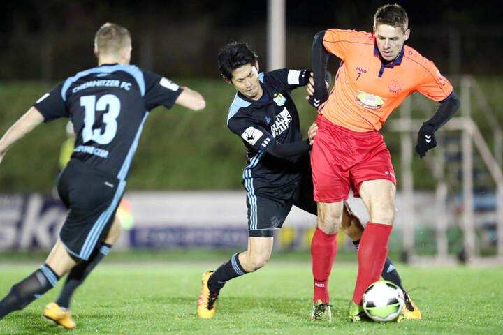 Mit vereinten Kräften drängen Fabio Leutenecker (l.) und Naoyuki Yamazaki (rechts) einen Eilenburger Kicker ab.
