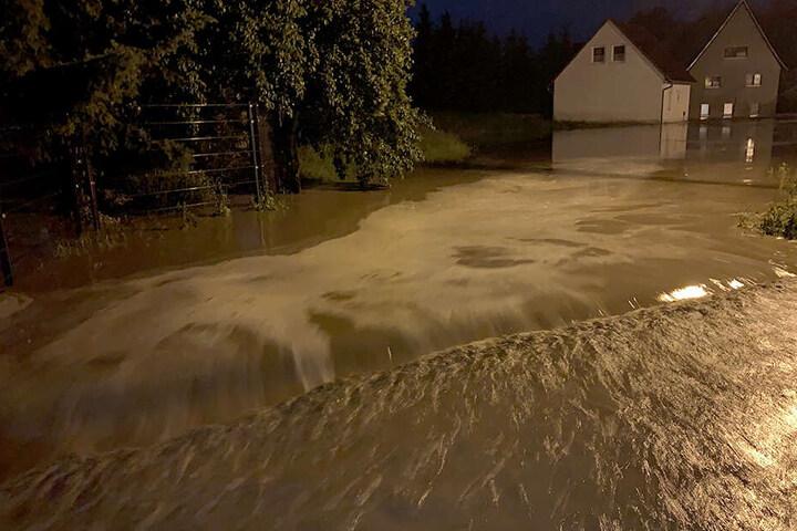 Eine überflutete Straße bei Leisnig.