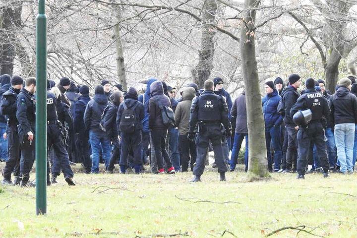 Die Polizei sichert die etwa hundert Mann starke Demonstration ab.