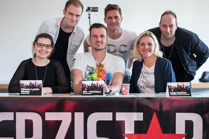 """Die fachkundige Jury: Louise Winkler, selbst Erzistar 2013, DJ Ric von Stereoact, Katja Reichert von """"Keen on Rhythm"""" (v.l. vorn) und Sänger Toni Kraus, Organisator Mirko Süß (45) und DJ Rixx von Stereoact (v.l.)."""