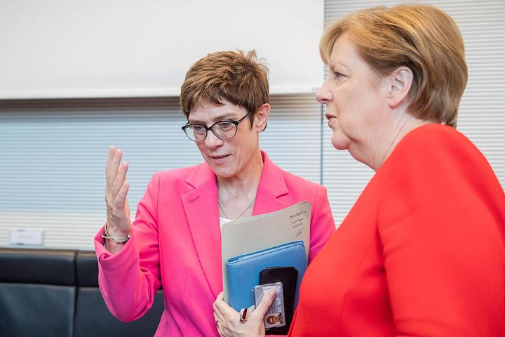Annegret Kramp-Karrenbauer (56, CDU) und Angela Merkel (64) gehören mit der Union zu den Verlierern.