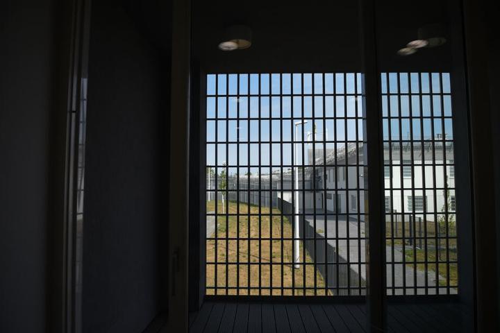 Daher müssen über 550 Häftlinge länger eingeschlossen bleiben als üblich (Symbolbild).
