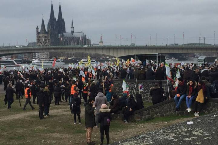 Am Freitagmorgen versammelten sich Hunderte Menschen zu einer Kundgebung in der Deutzer Werft.