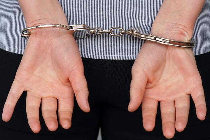 Im Rahmen der Fahndung nahm die Polizei einen Tatverdächtigen fest, der sich geständig zeigte (Symbolbild).