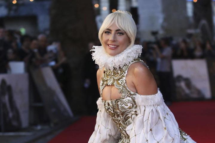So kennen wir Lady Gaga eigentlich: Mit verrückten Outfits erregt sie die Aufmerksamkeit.