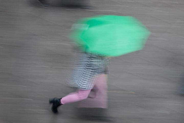 Der Deutsche Wetterdienst warnt vor Sturm und Dauerregen. (Symbolbild)
