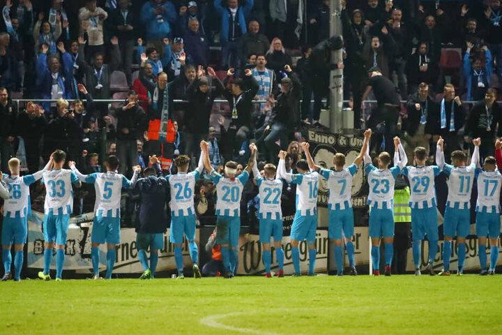 Die Himmelblauen feierten ihren Sieg im Vogtland regelrecht ausgelassen - es war ja schließlich der erste Dreier des Jahres in der Fremde.