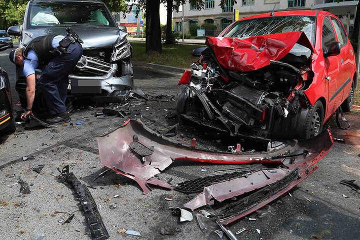 An beiden Fahrzeugen entstand erheblicher Sachschaden beziehungsweise Totalschaden.