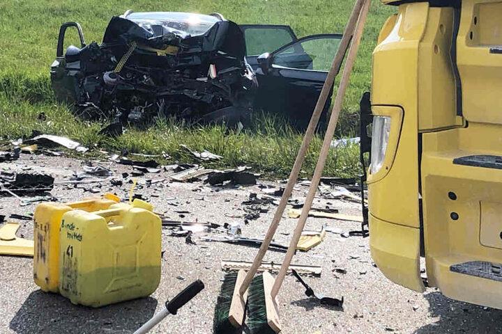 In der Nähe des Münchner Flughafens ist ein Autofahrer bei einem Unfall ums Leben gekommen.