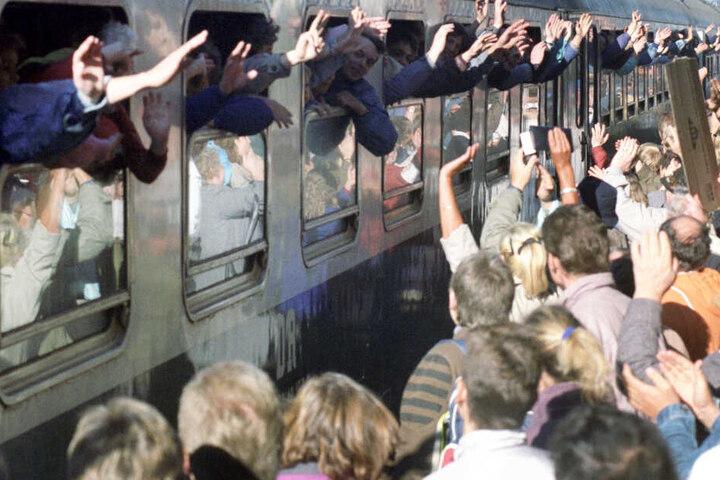 Ein Zug mit DDR-Flüchtlingen kommt im Jahr 1989 am Bahnhof im bayerischen Hof an. (Archivbild)