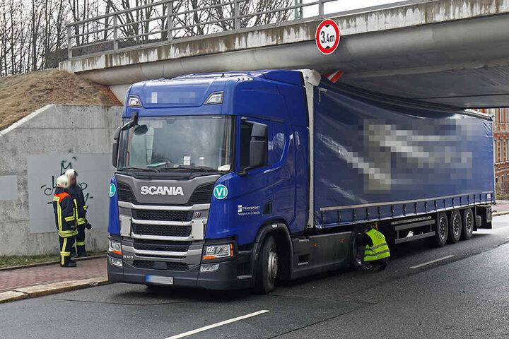 Der Laster blieb unter der Eisenbahnbrücke in der Lungwitzer Straße stecken.