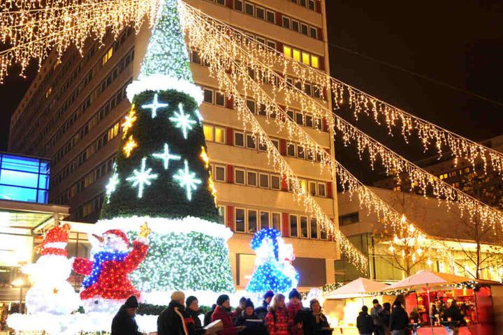 Großangelegte Lichteffekte und Weihnachtsfiguren machen den Weihnachtsbummel zu einem besonders schönen Erlebnis.