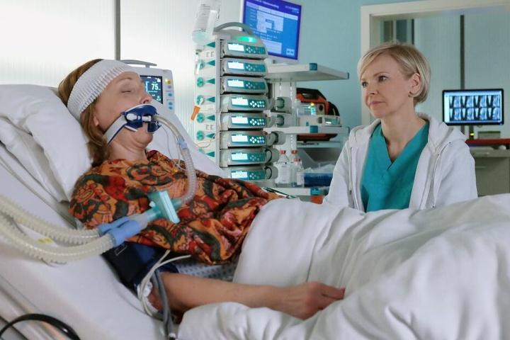 Tessa Kollwitz wurde von Dr. Kathrin Globisch in Form einer Schmerztherapie ins künstliche Koma versetzt. Darin bekommt sie eine Lungenentzündung.